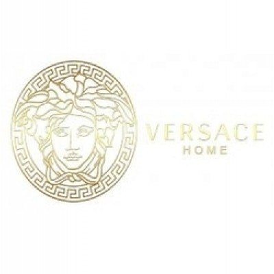 На фото Versace